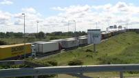 Affluence de migrants à Calais pour rejoindre l'Angleterre : illustration file d'attente des camions avant passage à la douane et mairie de Calais