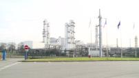 Le bioéthanol : illustration usine de transformation et station service délivrant du SP95-E10