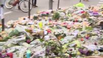 """Attentats de Paris : illustrations bougies et bouquets de fleurs déposés devant les bars """"Le Carillon"""" et """"Le petit cambodge"""""""