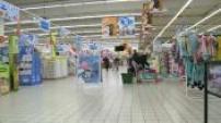 Illustration clients faisant leurs courses à Auchan ; Illustration clients faisant leurs courses à Lidl