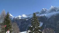 Belles images de Chamonix sous la neige par beau temps