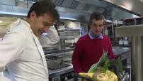 Illustrations Yannick Alleno préparant légumes oubliés dans la cuisine de son restaurant parisien