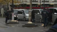 Attentats du 13 novembre 2015 à Paris : les Eagles of Death Metal se recueillent devant le Bataclan