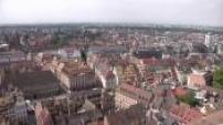 Carte postale de Strasbourg : vues aériennes, cathédrale Notre-Dame, danse traditionnelle alsacienne