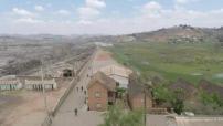 Vue aérienne par drône de la décharge d'Andralanitra et ses environs