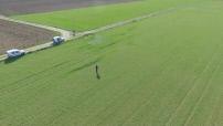 L'agriculture connectée : illustration drone au-dessus exploitation (épandange, labour)