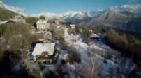 Vues Aériennes chalets flanc de montagne Alpes