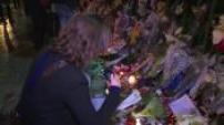 Une semaine après, les commémorations des attentats de Paris sur les lieux des fusillades