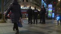 Attentat de Charlie Hebdo : patrouille de police dispositif vigipirate sur les Champs Elysées le soir du 07 janvier