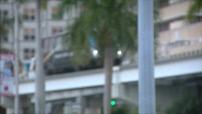 Miami : sportifs en centre ville, carte postale de nuit, circulation routière