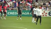 Entrainement de l'équipe de France à Biarritz sous la hola des supporters