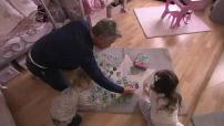 Illustration papa jouant avec ses enfants + maternité + univers de la puériculture + chat