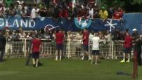 Euro 2016 : ITW Daniel Sturridge ; ITW Kyle Walker ; séance d'autographes de l'Equipe d'Angleterre ; commerces de Chantilly aux couleurs anglaises