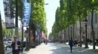 Euro 2016 : illustrations de la file d'attente des supporters à l'entrée de la fan zone de Paris ; illustrations de produits dérivés tricolores dans un magasin de souvenirs à Paris