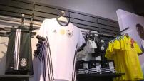 Euro 2016 : illustrations de maillots de football dans une boutique NSH à Paris
