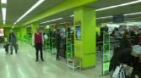 Illustrations caisses automatiques à Auchan et chaine de production robotisée de l'entreprise Ervor