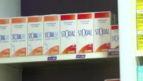 Illustration intérieur de pharmacie: médicaments, plan neutre de clients