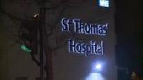 Attentat de Londres : extérieur de nuit de l'hôpital St Thomas avec périmètre de sécurité
