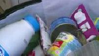 Tri sélectif : illustrations d'un particulier triant ses déchets à son domicile