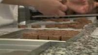 Préparation des oeufs de Pâques dans l'atelier Jacques Genin