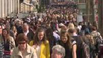 Illustrations foule sur les Champs-Elysées (dont images neutres) et promeneurs avec oreillettes