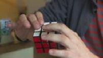 Mains jouant au rubik's cube, jeux sur smartphone et illustration jeu d'échecs