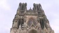 Illustation de l'extérieur de la cathédrale de Reims par temps maussade