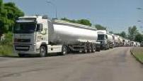 Illustrations File de camions-citernes à l'arrêt