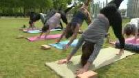 Illustration cours de yoga (yomade) au Champ de Mars