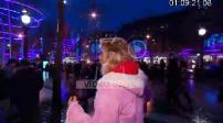 Frigide Barjot sur les Champs Elysées avec ses enfants avant Noël (1/2)