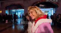Frigide Barjot sur les Champs Elysées avec ses enfants avant Noël (2/2)