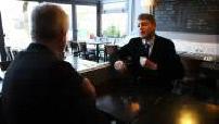 Primaires de Gauche : interview de Vincent Peillon dans un café