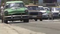 Cuba : cartes postales / scènes de rue / piétons / voitures anciennes 3/5