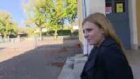 Interview Elodie Frégé dans une cour d'école
