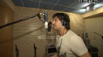 Brian Torres arrive dans son studio d'enregistrement