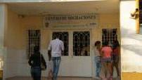 Centre d'immigration de Cucuta : façade et intérieur avec des familles