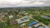 Vues aeriennes de la jungle amazonnienne / Ville au bord de l'amazone