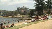 Illustrations d'une plage avec une piscine naturelle / Vue d'ensemble de Sydney
