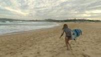 Illustrations d'une surfeuse en Australie au soleil couchant