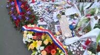 Hommage devant le siège de Charlie Hebdo : Jane D Hartley, ambassadrice américaine à Paris