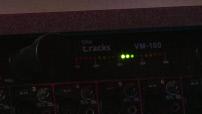 MAG - Timothée Adolphe enregistrant un morceaux de rap dans un studio d'enregistrement