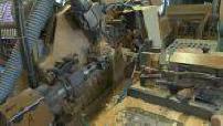 Fabrique de quilles et de jouets en bois dans une tournerie du Jura