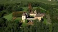 Vues aériennes château au tuile Vernissees de Bourgogne.