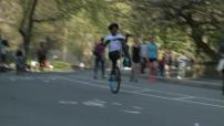 Les New yorkais profitent d'une belle journée à Central Park