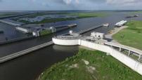 Vue aerienne par drone de la nouvelle digue entourant la Nouvelle Orleans