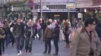 Illustrations à Londres : foule, policiers, saisie protoxyde azote, jeunes buvant dans la rue, demi-lune