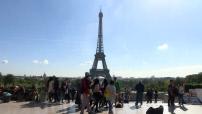 Illustration touristes, foule, parvis des droits de l'homme, Tour Eiffel, Champ de Mars