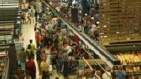 Vue d'ensemble des allées d'un supermarché