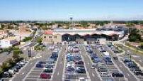 Vue aérienne par drone de parkings de supermarchés