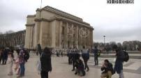 Illustrations touristes sur le parvis des droits de l'Homme (Trocadéro)